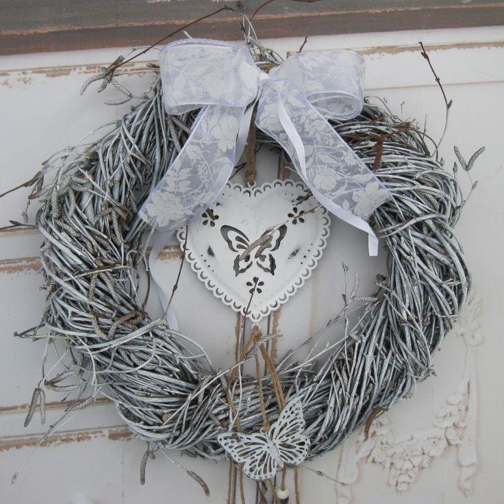 Motýlek Mohutnější věneček z proutí, krajková mašle, plechové srdíčko s patinou, laděno do bílé barvy. Průměr 30 cm.