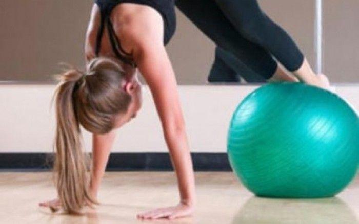 5 απλές ασκήσεις για γράμμωση σε όλο το σώμα με μπάλα γυμναστικής - http://www.daily-news.gr/beauty/5-aples-askisis-gia-grammosi-se-olo-to-soma-me-bala-gimnastikis/