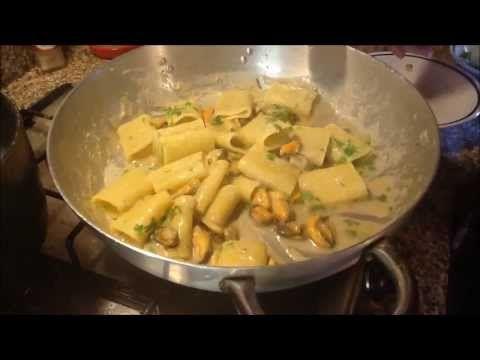 Paccheri con le cozze e crema di cannellini Aprire le cozze e sgusciarle, conservare l'acqua. In un piatto mettete le cozze sgusciate e un po' di acqua delle...