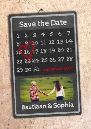 Verplaats het rode hart naar de datum van je trouwdag en pas de teksten aan. Deze kaart kan je ook gebruiken als trouwkaart en als dubbele kaart.  #savethedate #trouwen #wedding #kaarten #uitnodiging #trouwkaart