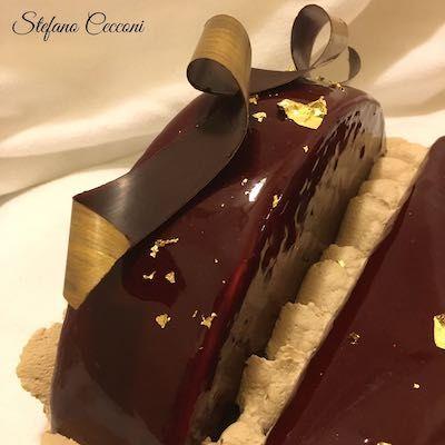 Una base di biscotto brownies al caffè, cremoso al pistacchio e alla vaniglia, avvolti in una morbida ganache al cioccolato bianco e caffé. Dedicato a mia moglie.
