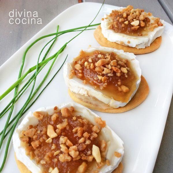 Estos canapés de queso y confitura de cebolla se pueden decorar con cualquier fruto seco que te guste, nueces, anacardos, avellanas enteras o picadas...