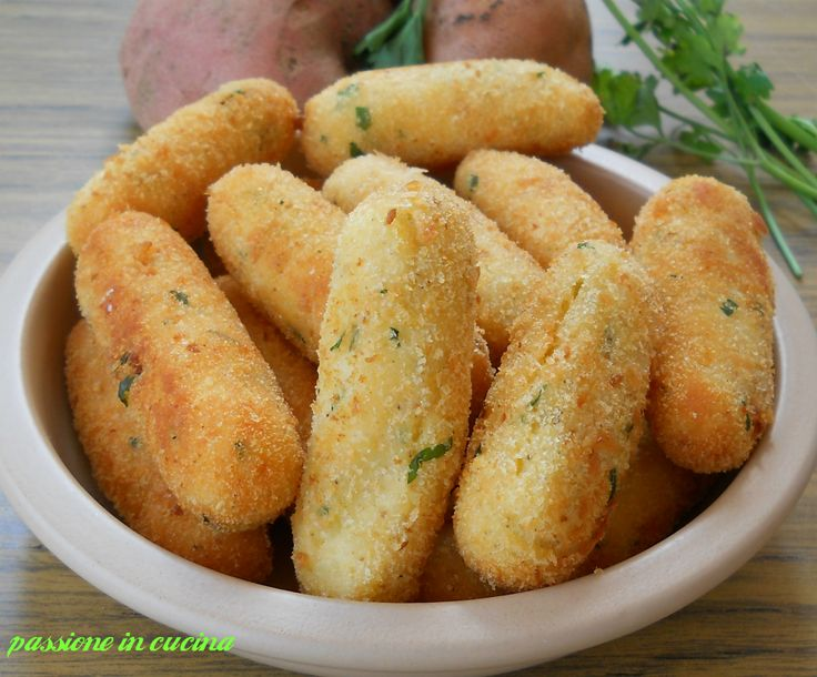 Le crocchette di patate sono quelle che mamma Pina c continua a preparare fin da quando eravamo piccoli. Croccanti fuori e morbide e gustose dentro.
