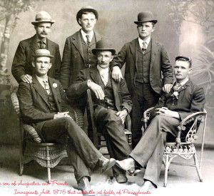 1875. Fotografía de hombre con americanas, acompañadas por bombín