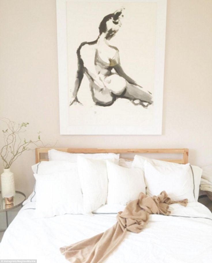 Above the bed in the guest room hangs a figure study watercolour by New York based artist and illustrator Inslee Fariss, estimated to have cost $650 (£520)