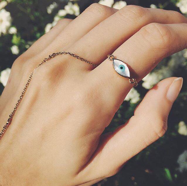 Lane @lanas_instagram rocking the Mejuri iconic Evil Eye chain ring in 18k pure gold.