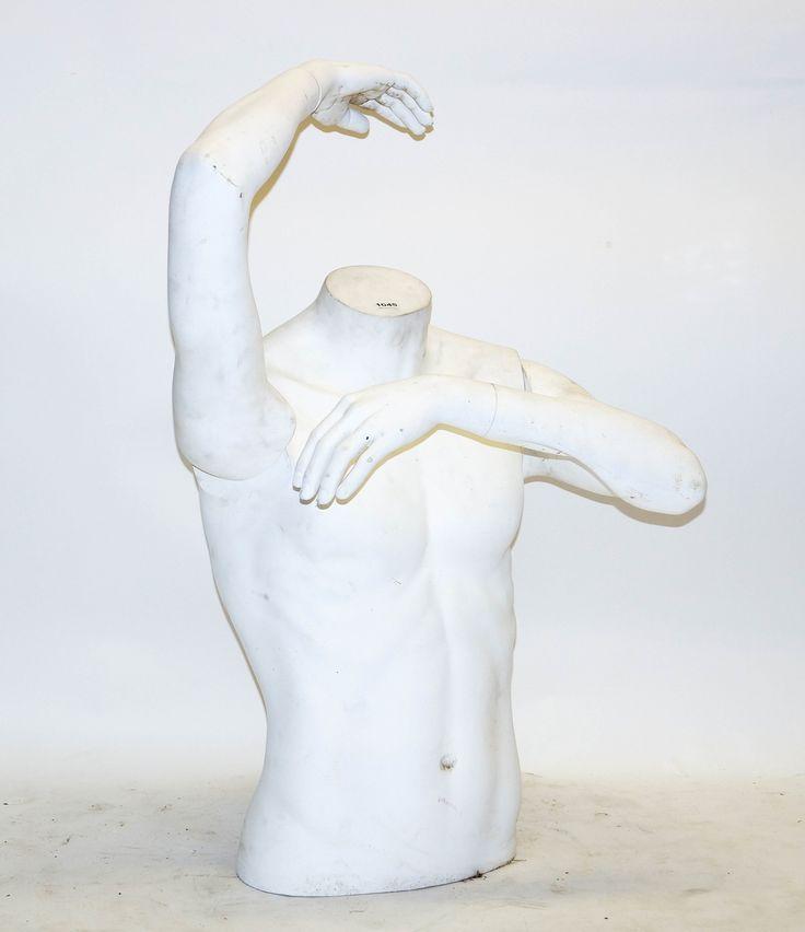 Een witte torso van een mannelijke paspop met beweegbare armen