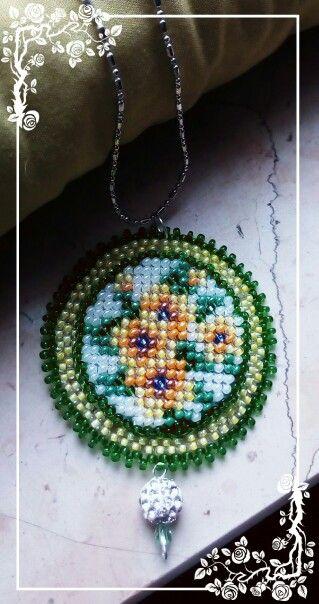 Medaglione ricamato di perline, fiori gialli