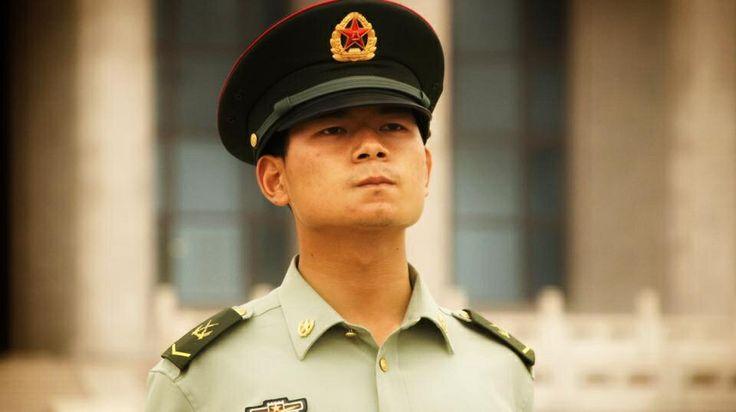 Un policier au regard pincé sur la place Tiananmen, au centre de Beijing en Chine
