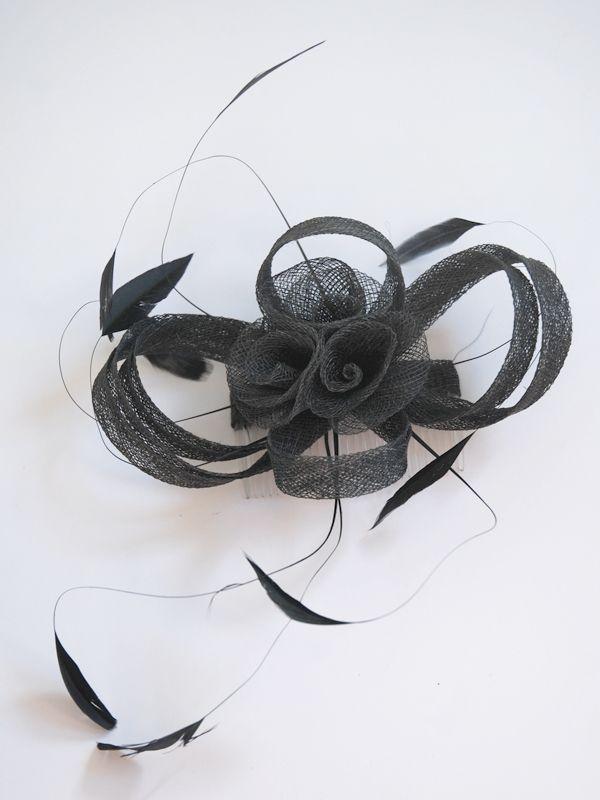 Elegantísimo tocado negro hecho a base de plumas antena y lazo de sinamay. Se sujeta con una peineta transparente, de […]