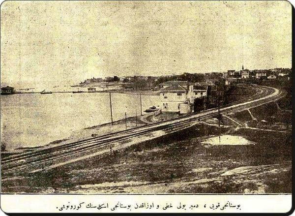 1920'lerden bir BOSTANCI fotoğrafı... Natali Ayvazyan'dan alıntı Bostancı fotoğrafında, şimdi, bizim Altıntepe'ye çıkan DEMİRYOLU ALT GEÇİDİNİ eminim hemen tanıyacaksınız. Ve tabii, şimdi kasaplar çarşısı olarak bildiğimiz bölgenin 1920'lerdeki hali, size inanılmaz gelecek... (Alttaki Arapça yazıda ise mealen şöyle yazıyor: Bostancı koyu, demir yolu hattı ve uzaktan Bostancı iskelesinin görünüşü...)
