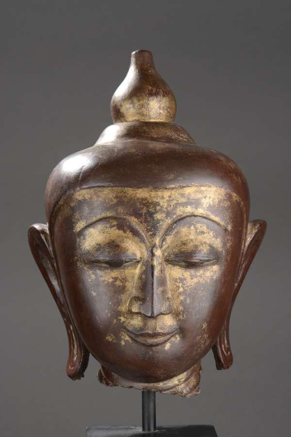 Tête de Buddha coiffé d'un rasmi piriforme rappelant le stupa, bois laqué et doré., Birmanie. Royaume d'Ava . 18 ème siècle. H:32 cm