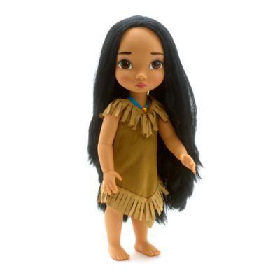 I nostri animatori Disney hanno immaginato Pocahontas quando era bambina per creare questa meravigliosa bambola. Ha lunghi e realistici capelli neri e indossa il tradizionale vestito frangiato e una collana in nastro in raso con strass.