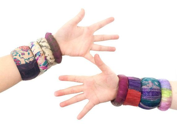 gerecycled sieraden bangle armband, dag van de aarde, eco vriendelijke, hout, sari lint, stapelen armband, tribal, boho draagbare kunst