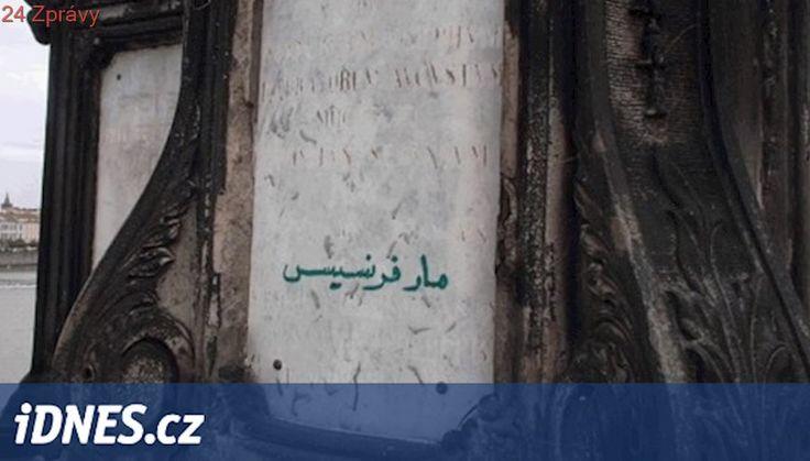 Arabský popisek sochy sv. Františka není vandalismus, naznala policie