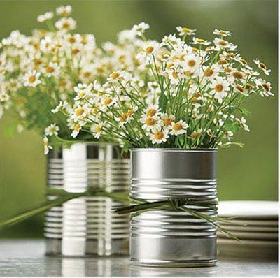 Margaritas en latas. Centros de mesa con flores para tus mesas al aire libre #centrodemesa #decoración #flores
