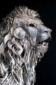 lion sculpture using 4000 pieces of scrap metal by artist Selcuk Yilmaz