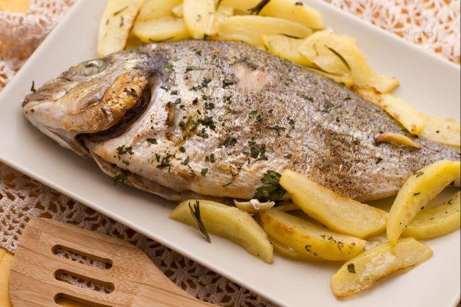 L'orata al forno è un profumato e raffinato secondo piatto di pesce, preparato con un contorno di patate a spicchi.