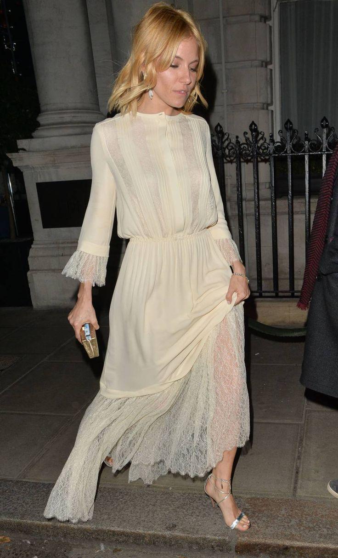Sienna Miller adopte une ravissante robe au style rétro très romantique. On adore !