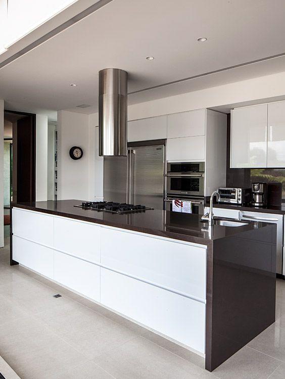 Vista de la cocina con las puertas en acero que la rodean, abiertas.