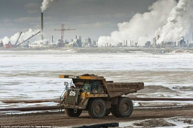 Potężne ciężarówki transportujące piasek roponośny, przyszłe źródło energii.