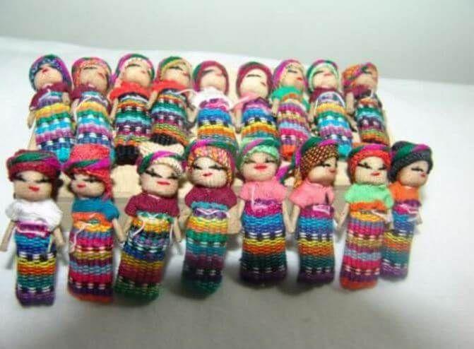 Los muñecos quitapenas quitan las penas que tengo, se las cuento muy bajito y me las curan en silencio. Debajo de mi almohada duermen siempre mis muñecos...