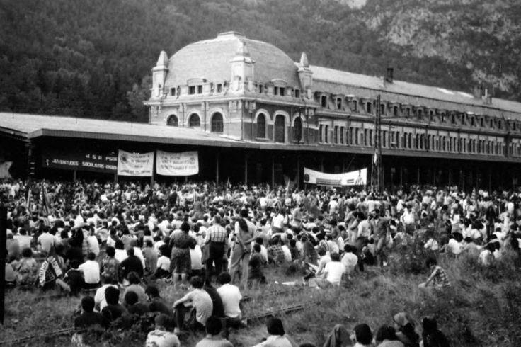 Manifestation à Canfranc pour la réouverture de la ligne de chemin de fer et de la gare. Le 4 novembre 1986.