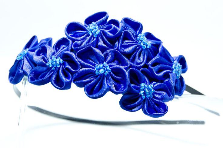 Čelenka Rozalia blankytně modrá Kovová čelenka o šířce 0,5cm,barva černá. 6 ručně šitých saténových květinek vblankytně modrébarvě. Středy květů jsou vyšity rokajlem a perličkami. Velikost květů jsou3 - 4 cm.Celková délka aplikace cc 11-15cm. Pro pohodlnější nošení jsou květy podlepeny filcem. Foto: Michaela Nohejlová-Neofoto Jedná se o autorskou ...