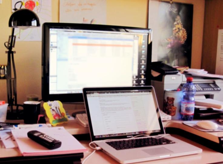 CAOS E CREATIVITA' La tecnologia per me è vita. Lavorare non è solo fatica e concentrazione, per me è anche fare quello che amo. Creare immagini con il computer mi piace. Riuscirei anche a stare 24 ore a lavorare al mac. E farlo da casa mi piace ancora di più perché posso circondarmi della gioia di mio figlio. E anche della sua creatività. Un computer non mi basta e quindi eccone due dove inventare e creare. (Elena Valli)