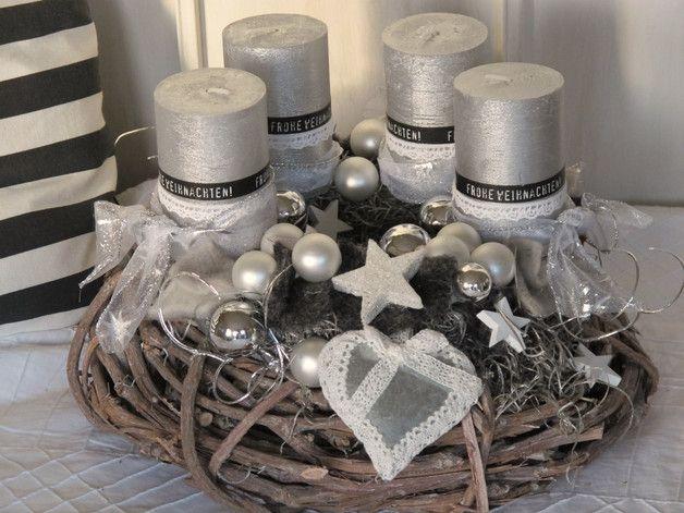 **Aufwendig gestalteter Adventskranz komplett in grau, silber, anthrazit und matt weiß gehalten ** Der grau gekälkte Rebenkranz wurde mit einem weiteren silbrigen Kranz, silberfarbenen,...