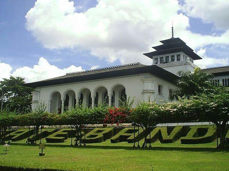 @Regrann from @goevaindonesia -  Gedung bersejarah di kota Bandung. Namanya Gedung sate yang dibangun tahun 1920 #Bandung #Sejarahbandung - #regrann