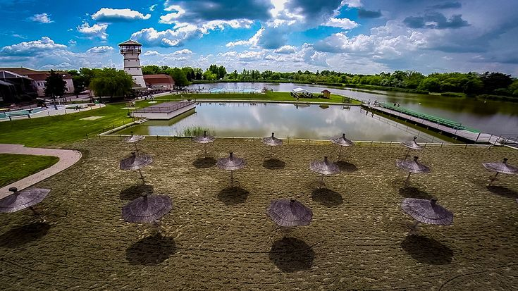 Kiss László az Orosháza-Gyopárosfürdő Gyógy-, Park- és Élményfürdő nyitott medencéit és a Gyopárosi tó partját fotózta le.