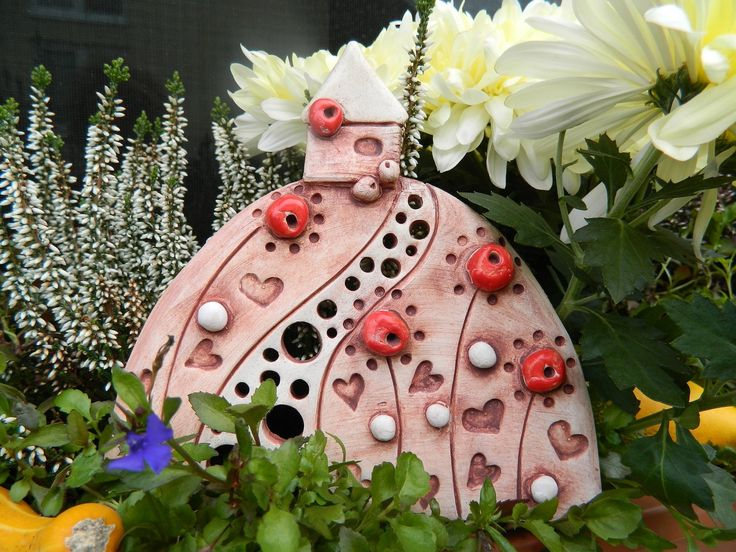 Cestička domů Keramický kopeček na zavěšení s domečkem posázen srdíčky a květy,glazovaný, použita engoba. Velikost 160mmx160mm