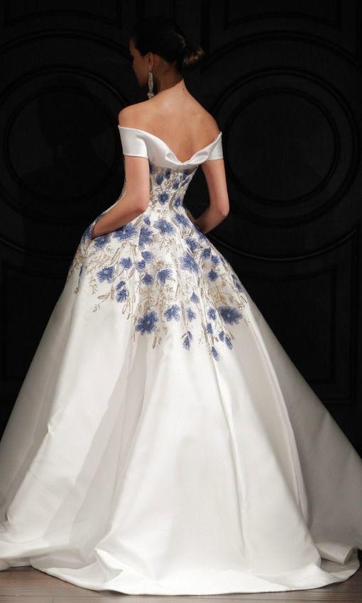 Las primeras tendencias que hemos visto en los vestidos de novia presentados en Nueva York recuperan el vestido con bordados-joya, y cambian el blanco nupcial por un lavado de color con ramilletes de flores bordadas