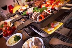 Bunt befüllter Raclette-Grill
