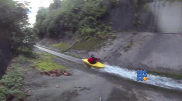 55 Km/h en kayak dans la descente d'un fossé de drainage ... incroyable http://www.noemiconcept.com/index.php/fr/departement-informatique/webbuzz-tech-info/item/205976-kayak-dans-un-foss%C3%A9-de-drainage-kayaking-down-a-drainage-ditch.html#video