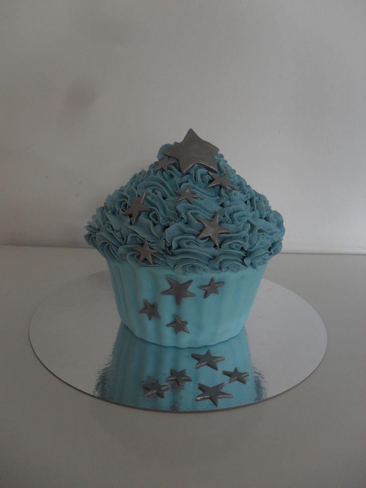 Giant cupcake blue with silver stars/ Grote cupcake, meptaart, blauw met zilveren sterren
