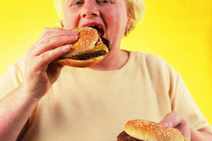 ¿Qué significa comer en moderación?. Comer en moderación es un término subjetivo, es decir que es algo ligeramente distinto dependiendo de tu perspectiva. Moderado, de acuerdo con el diccionario Merriam-Webster, significa observar límites razonables y evitar extremos en comportamiento o expresión. ...