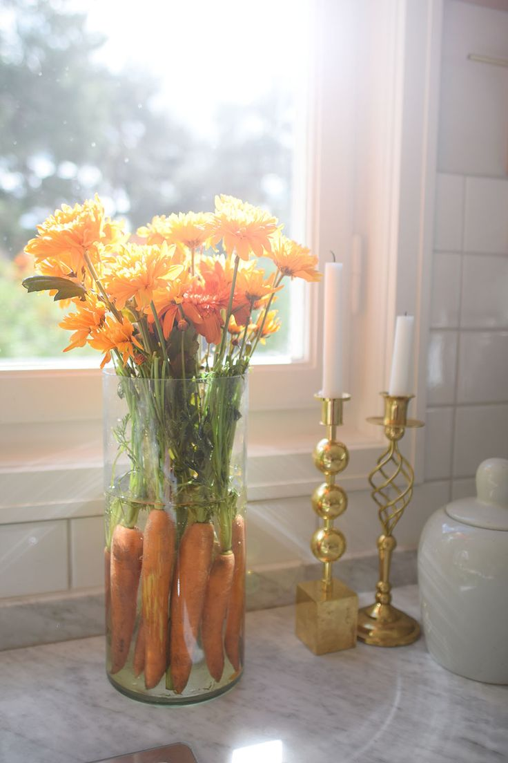 Fill the vase with carrots and the past with the stems will be beautiful as well. Fyll vasen med morötter så blir även biten med stjälkarna även en färgklick. Pyssel, DIY, blommor, flowers @helenalyth