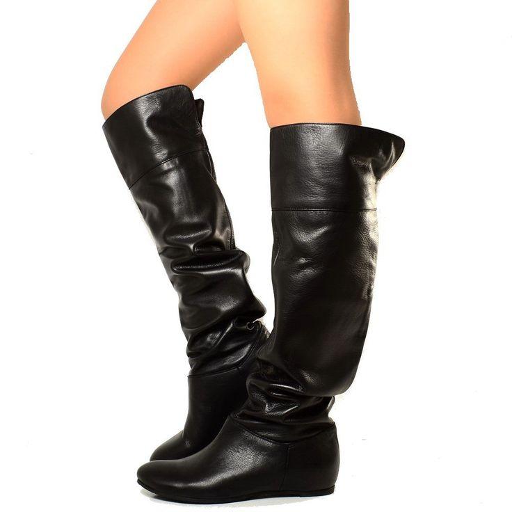 Stivali donna cuissardes al ginocchio in pelle Nera con risvolto. Fashion cavallerizza a tacco basso, per un'allure davvero glam-rock. Made in Italy.