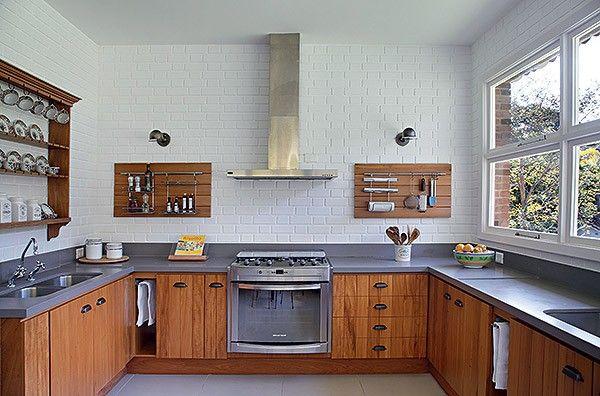 Cozinha | Os tijolinhos à vista, originais da construção, também foram apenas pintados de branco nas paredes acima das bancadas de Silestone cinza. Os painéis e os armários são de peroba aproveitada dos caibros (Foto: Denilson Machado)