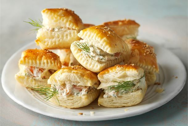 Lohineliöt valmistuvat helposti voitaikinasta ja simppelistä lohitäytteestä. http://www.valio.fi/reseptit/helpot-lohineliot/ #valio #resepti #ruoka #recipe #food