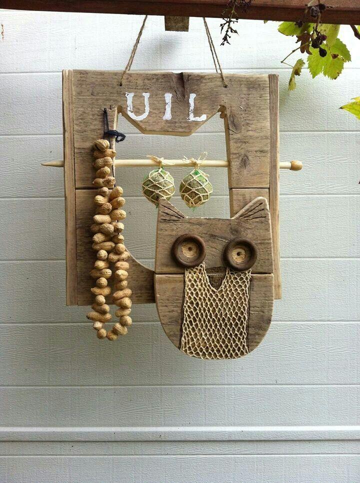 Gemaakt door Hanneke Meints. De vetbollen netjes en de uil zijn gehaakt. De pinda's zitten op een breinaald. De rest is van steigerhout.