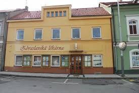 Esto es la farmacia de Zbraslav. Es en la plaza de Zbraslav.