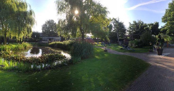 Wandel door de grote tuin van de Zwaluwhoeve en je ervaart pure ontspanning.