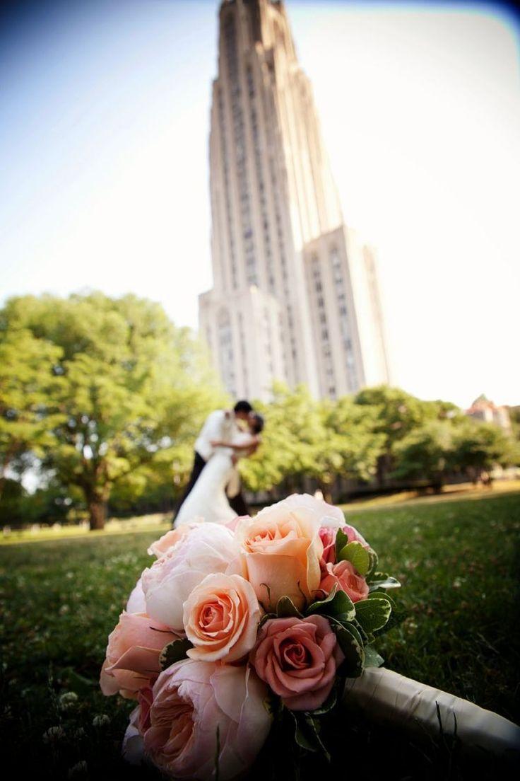 gros plan sur le bouquet et les mariés en arrière-plan