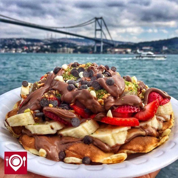 Çilekli Muzlu Nutellalı Waffle - Ortaköy Waffle /  İstanbul ( Ortaköy - No : 15 )  Çalışma Saatleri 09:00-04:00  15 TL   Alkolsüz Mekan   Paket Servis Yok Sodexo Multinet Ticket Yok  Vale Parking Yok Daha fazlası için Snapchat : yemekneredeynr takip et...