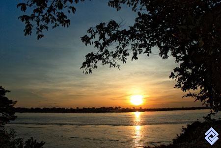 .::: Banco de Occidente :::. Los principales ríos que surcan la Amazonia colombiana nacen en la cordillera de Los Andes y acumulan un gran caudal en su recorrido. Río Amazonas a la altura de Leticia.