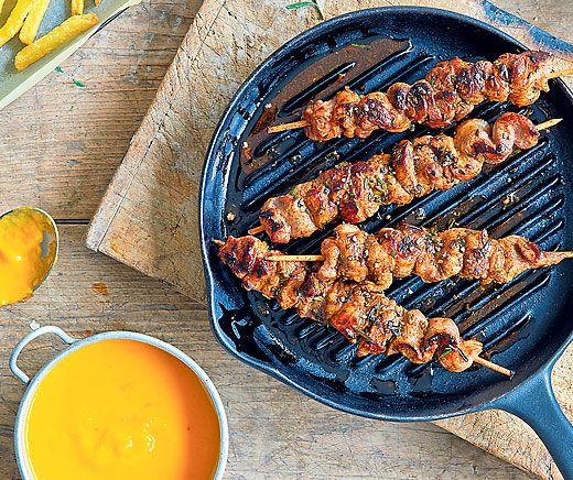 Brochettes de viande et ketchup jaune