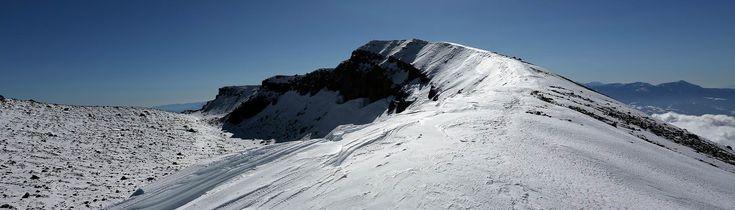 佐久平から眺める浅間山は迫力があり、遠くの山からでも存在感がある浅間山。白い季節の眺めをと思って天狗温泉からの登山でした。風の強さも時間も想定していたのですが思いがけず踏み跡が少なく苦労しました。山頂近くは風でとても寒いのですが、それまでは...